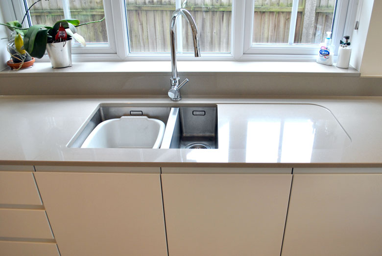 Undermount sink with a recessed drainer